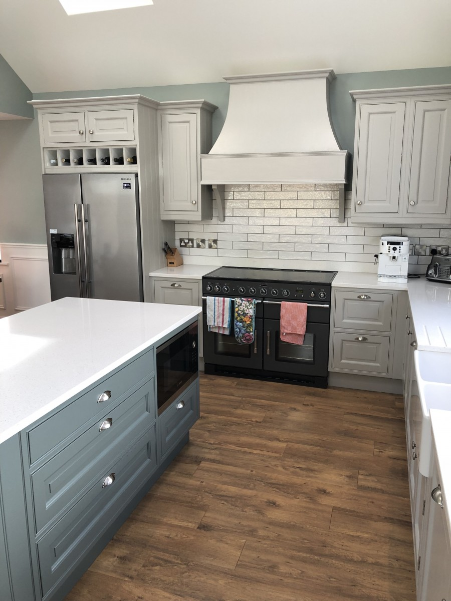 Hand Painted Raised Panel In-Frame Kitchen with Quartz Worktop