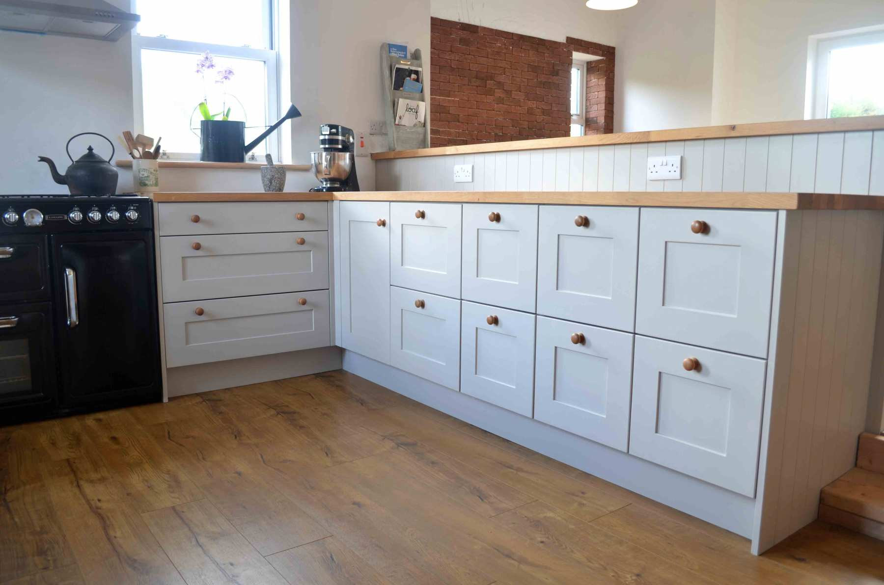 Grey-Hand-Painted-Shaker-Style-with-solid-oak-worktop1